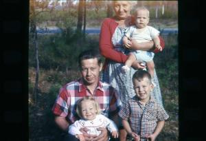 Pop grandmaB 3kids in gryling 1963 1215 (2)